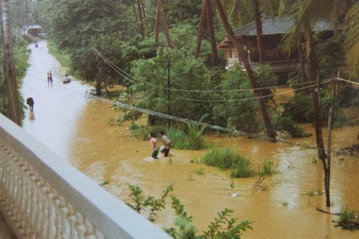 1997: Die beiden Frauen standen gerade noch bis zum Hals im Wasser... Chumphon, Thailand (Foto Jörg Schwarz)