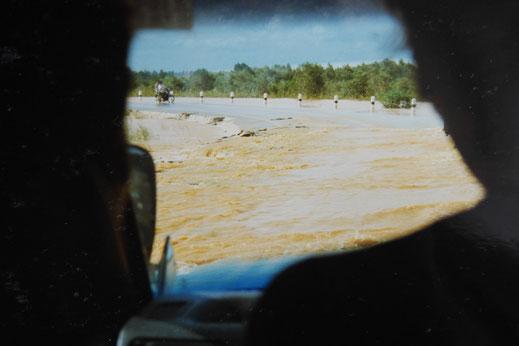 1997: Noch immer stehen einige Straßen leicht unter Wasser... Auf dem Weg nach Bangkok, Südthailand (Foto Jörg Schwarz)