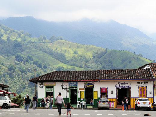 Auch in Salento findet der Besucher koloniales Flair vor atemberaubender Berglandschaft, Salento, Kolumbien (Foto Jörg Schwarz)