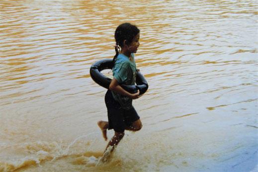 """1997: """"Welche Katastrophe? Ist doch schön...!"""" Chumphon, Thailand (Foto Jörg Schwarz)"""