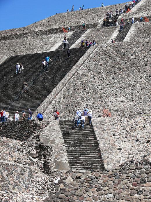 Schweißtreibende Aufstiege - schwindelerregende Höhe: Sonnenpyramide von Teotihuacán (Foto Jörg Schwarz)