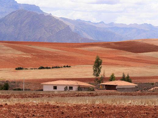 Wundervolle Landschaften in Braun und Organge, bei Maras, Peru (Foto Jörg Schwarz)