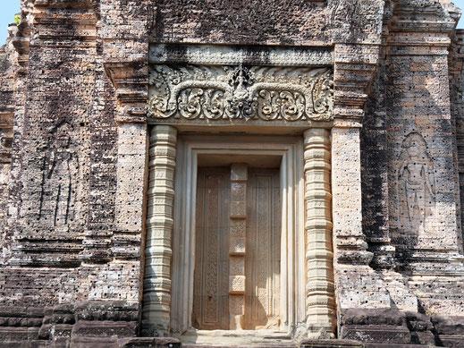 Die Zahlreichen Löcher in den Wänden deuten auf eine Verkleidung hin... Östlicher Mebon, Kambodscha (Foto Jörg Schwarz)