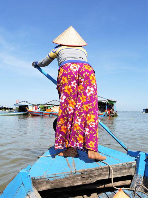 Im eigenen Kiez fängt die Dame plötzlich zu rudern an... Kompong Chhnang, Kambodscha (Foto Jörg Schwarz)