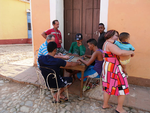 Dominospielchen am Abend, Trinidad, Kuba (Foto Jörg Schwarz)