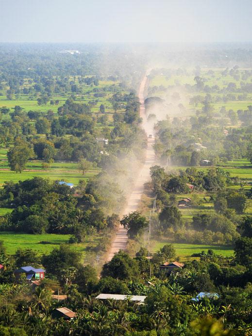 Das Reisen auf den schlechten und staubigen Straßen Kambodschas ist nicht immer ganz ohne... Bei Battambang, Kambodscha (Foto Jörg Schwarz)