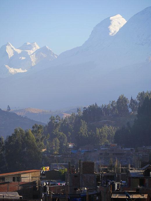 Der Blick beim Frühstück auf die umliegenden Giganten, Huaraz, Peru (Foto Jörg Schwarz)