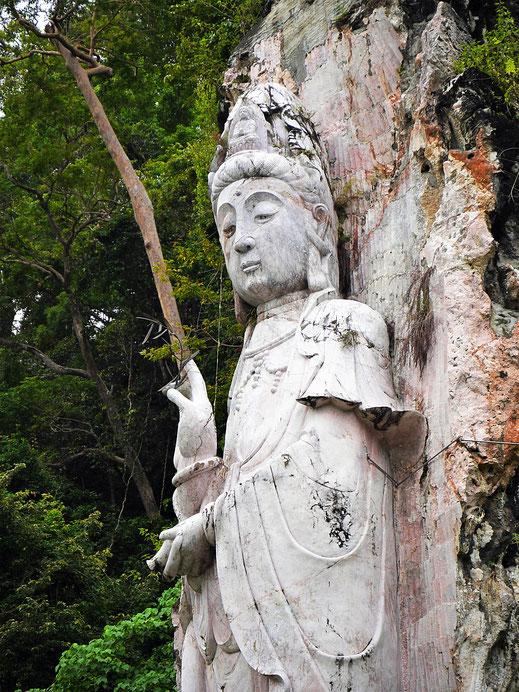 Eine viele Meter hoch aus dem Marmorfels geschlagene Buddhafigur, Langkawi, Malaysia (Foto Jörg Schwarz)