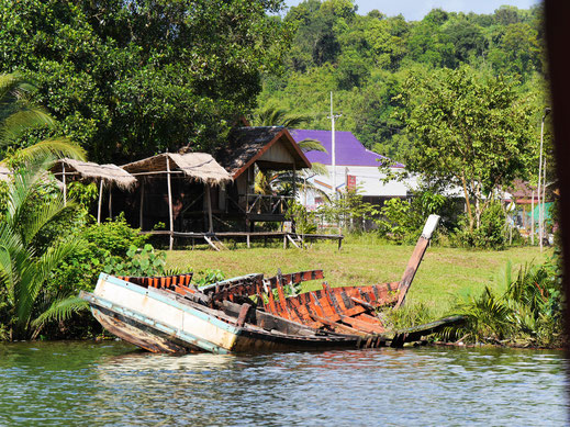 Das fährt wohl eher nicht mehr... Preat-Fluss, Tatai-Brücke, Kambodscha (Foto Jörg Schwarz)