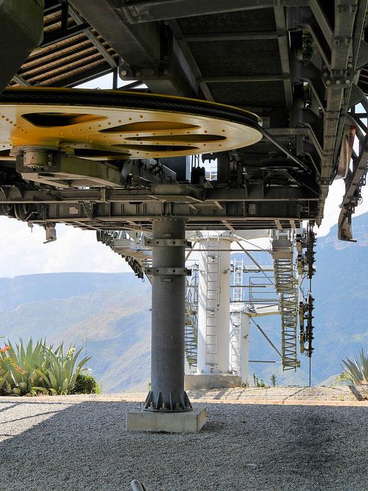 Mächtige Maschinen und Räder ziehen die Seilbahn durch die Schlucht, Aratoca, Kolumbien (Foto Jörg Schwarz)