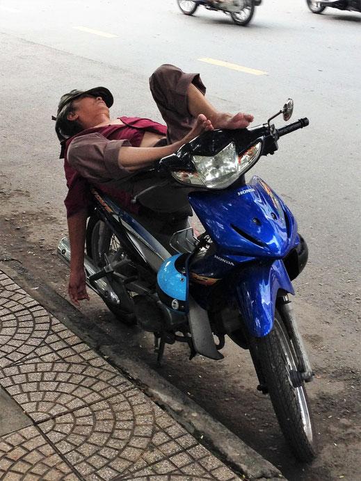 Wie man allen Ernstes an dieser vielbefahrenen Straße poofen kann... Uns ein Rätsel! Ho-Chi-Minh-Stadt, Vietnam (Foto Jörg Schwarz)