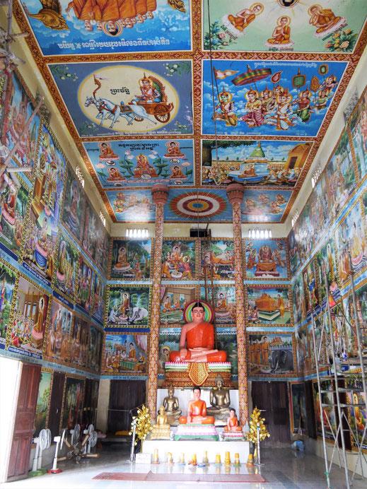 Architektonisch einfallslos, künstlerisch bunt und beeindruckend: Tempel beim Wat Ek Phnom, bei Battambang, Kambodscha (Foto Jörg Schwarz)