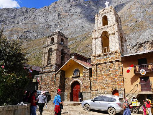 Kirche in Huancaya vor atemberaubend steiler Kulisse, Huancaya, Peru (Foto Jörg Schwarz)