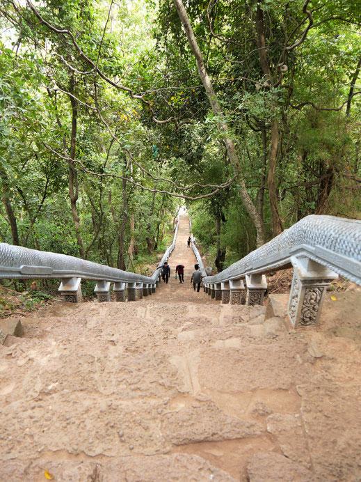 Fast 360 steile Stufen muss man bis zum Wat Banan erklimmen... Bei Battambang, Kambodscha (Foto Jörg Schwarz)