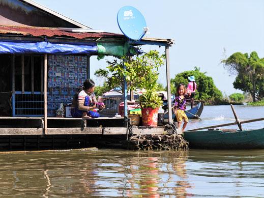 Freundliche Menschen - vor allem die Kinder lieben es zu winken... Kompong Chhnang, Kambodscha (Foto Jörg Schwarz)