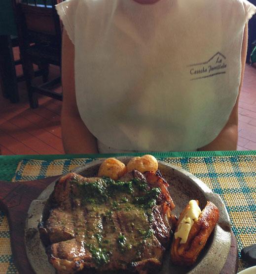 Erst das Lätzchen, dann ein Churrasco-Steak vom Grill... Popayán, Kolumbien (Foto Jörg Schwarz)