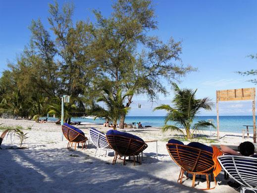 Unser Lieblingsplatz auf dem Coconut-Beach: Die chillige CocoHut Beachbar, Koh Rong, Kambodscha (Foto Jörg Schwarz)