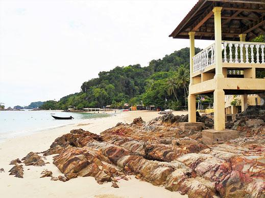 Immer wieder trennen Felsen einzelne Strandabschnitte, Pulau Kapas, Malaysia (Foto Jörg Schwarz)