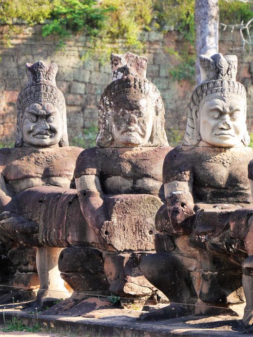 Fabelwesen tragen den Leib der mythischen Naga-Schlange auf einer Brücke, Angkor Thom, Kambodscha (Foto Jörg Schwarz)