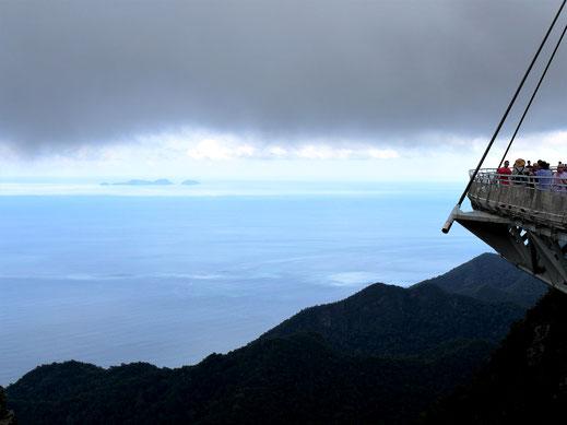 Knapp unterhalb einer schwarzen Wolkendecke geht es zurück zur Seilbahn... Langkawi, Malysia (Foto Jörg Schwarz)