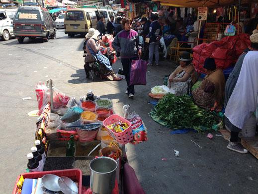 Der Straßenmarkt bei der Calle Buenos Aires, La Paz, Bolivien (Foto Jörg Schwarz)