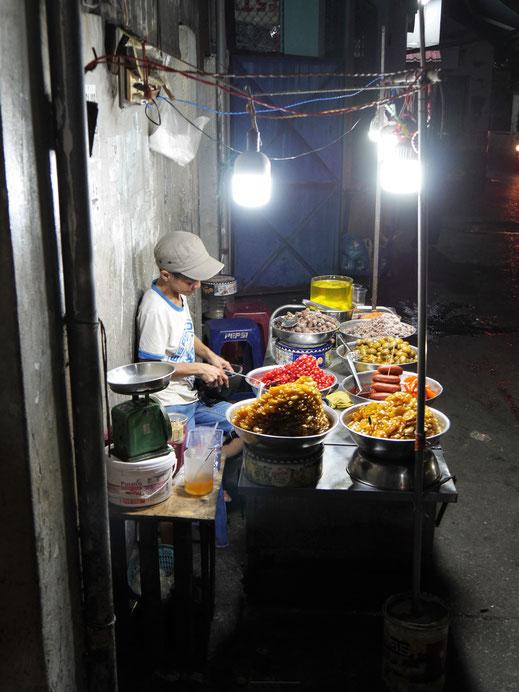 Straßenstände und Garküchen nahezu überall im Distrikt 4, Ho-Chi-Minh-Stadt, Vietnam (Foto Jörg Schwarz)