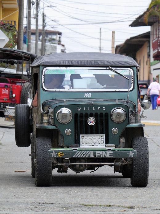 Sie sind in der zona cafetera einfach überall: Die uralten Willy-Jeeps und ihre modernen Nachfolger... Filandia, Kolumbien (Foto Jörg Schwarz)