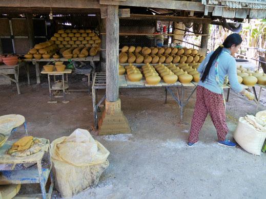 Nur zwei Arbeitsgänge: Formen und Brennen, Kompong Chhnang, Kambodscha (Foto Jörg Schwarz)