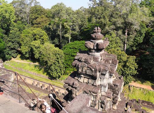 Der Aufstieg ist steil, das Ergebnis kann sich aber sehen lassen: Der Blick in die Natur ist großartig, Baphuon, Kambodscha (Foto Jörg Schwarz)