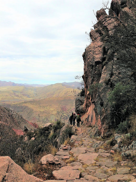 Links geht es steils steil bergab am Inkatrail, Cordillera de los Frailes, Bolivien (Foto Jörg Schwarz)