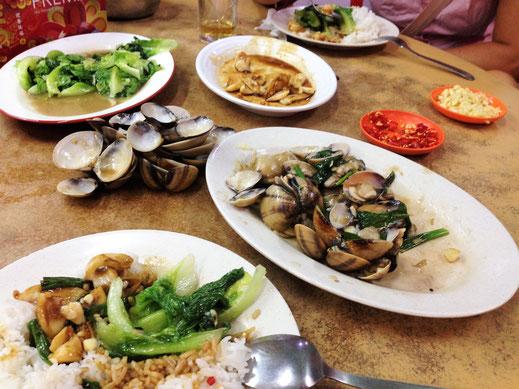 Die hervorragenden Chinesischen Restaurants machen immer wieder Freude: Squid und Muscheln in Ingwer und Knoblauch, Gemüse in Knoblauch... Malaysia (Foto Jörg Schwarz)