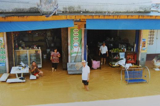 1997: Sie stehen im Wasser, aber sie sind guter Dinge und freundlich! Chumphon, Thailand (Foto Jörg Schwarz)