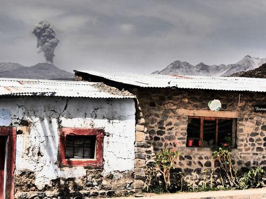 Im Dorf Coporaque: Der Vulkan Sabancaya speiht mal wieder Asche... Chivay, Peru (Foto Jörg Schwarz)