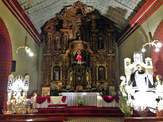 Der barocke Altar und der Heilige der Iglesia de Santo Domingo, Huancavelica, Peru (Foto Jörg Schwarz)