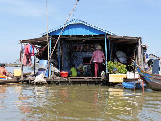 Das Leben findet auf einer offenen Bühne statt - Schwimmende Dörfer bei Kompong Chhnang, Kambodscha (Foto Jörg Schwarz)