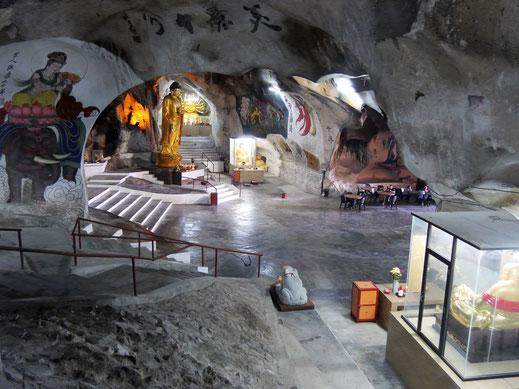 Auch tief in der Höhle dominieren buddhistische Figuren und chinesische Legenden... Ipoh, Malaysia (Foto Jörg Schwarz)