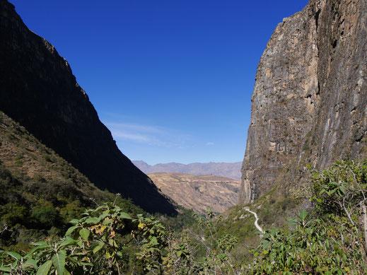 Die Steilwände zwischen denen man zur Laguna Parón aufsteigt, bei Caraz, Peru (Foto Jörg Schwarz)
