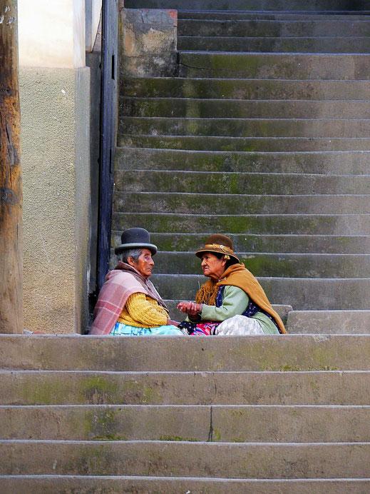 ... und Cholitas im vertrauten Gespräch, Sorata, Bolivien (Foto Jörg Schwarz)