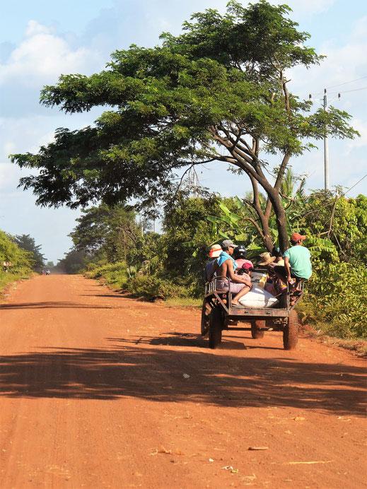 Landfahrzeuge und Landarbeiter am Rande der Strecken, Bei Kompong Thom, Kambodscha (Foto Jörg Schwarz)