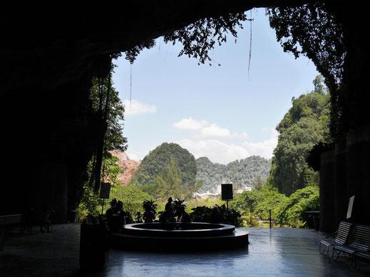Kek Lok Tong Höhle: Blick hinaus auf die Karststeinfelsen des Umlands von Ipoh, Malaysia (Foto Jörg Schwarz)