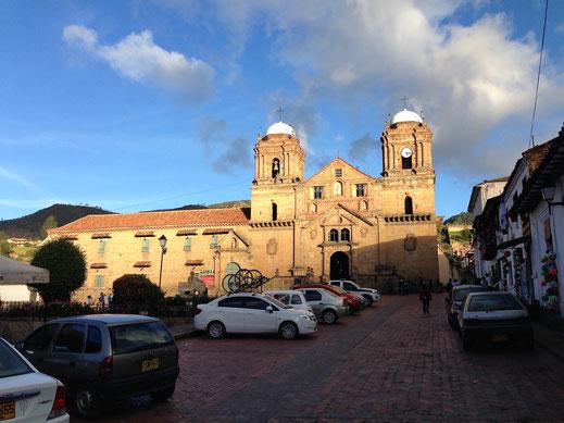 Die imposante Basilika des Franziskanerklosters an der zentralen Plaza, Monguí, Kolumbien (Foto Jörg Schwarz)