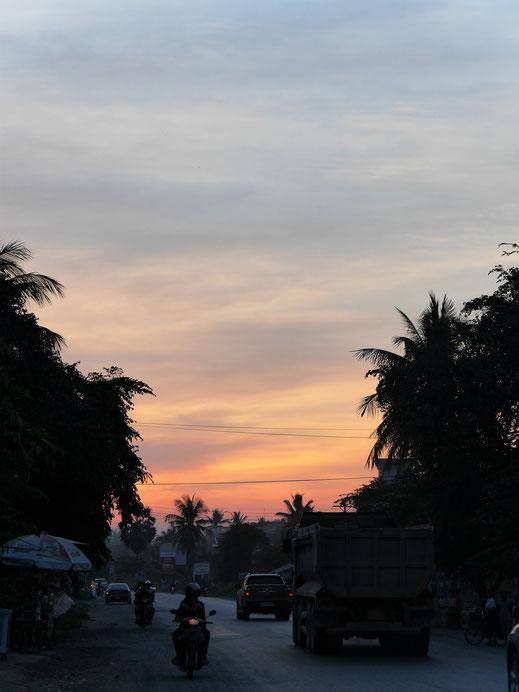 Die Sonne geht vor der Nationalstraße 5 unter... Battambang, Kambodscha (Foto Jörg Schwarz)