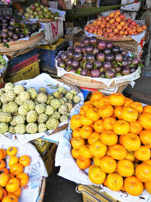 Farbenfroh geht es zu auf dem Markt, Chau Doc, Vietnam (Foto Jörg Schwarz)