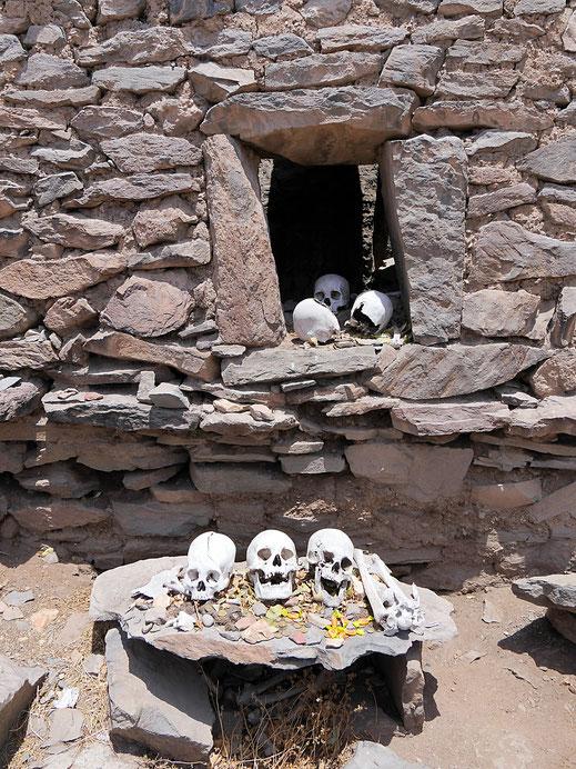 Makabre 'Ausstellung' der zerstörten Inkagräber von Yuraq Qaqa, Chivay, Peru (Foto Jörg Schwarz)