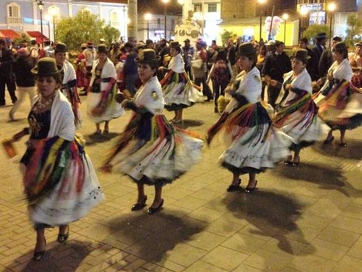 Immer wieder ziehen tanzende Gruppen durch die Stadt, Puno, Peru (Foto Jörg Schwarz)