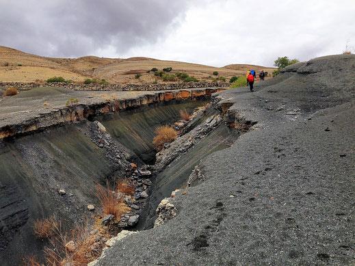 Überall Erdspalten im Krater, Crater Maragua, Bolivien (Foto Jörg Schwarz)
