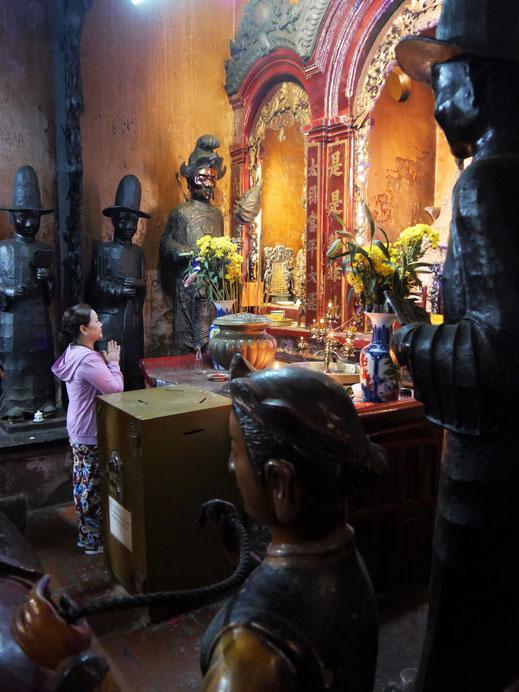 In der Halle des Königs der Hölle wird für die Zukunft gebetet, Ho-Chi-Minh-Stadt, Vietnam (Foto Jörg Schwarz)