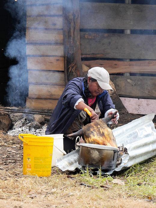 Eine Bewohnerin des Lago Tota präpariert den Kopf eines Rinds, Sogamoso, Kolumbien (Foto Jörg Schwarz)