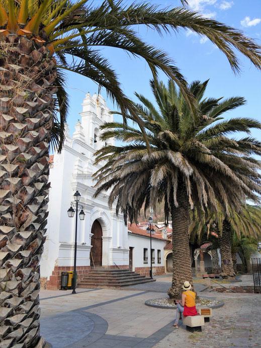 Im Palmengarten einer der zahlreichen Kirchen von Sucre, Bolivien (Foto Jörg Schwarz)