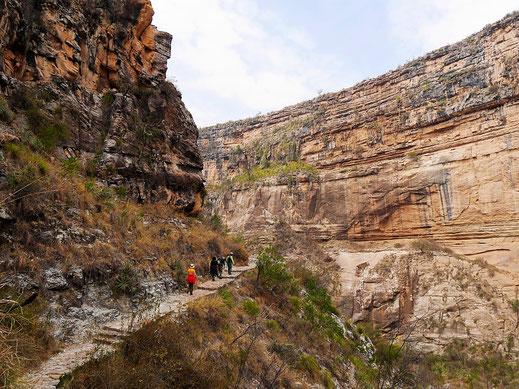 Auf mittlerer Höhe in der Wand der Schlucht, Toro Toro, Bolivien (Foto Jörg Schwarz)